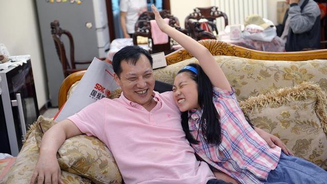 Chi Shubo et sa fille Nancy, dans leur appartement en banlieue de Pékin, le 12 mai 2013 [Wang Zhao / AFP/Archives]