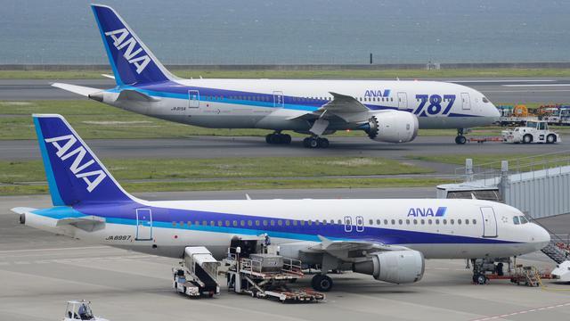 """Un Boeing 787 """"Dreamliner"""" de la compagnie aérienne ANA sur le tarmac de l'aéroport d'Haneda, à Tokyo, le 30 avril 2013 [Toru Yamanaka / AFP/Archives]"""