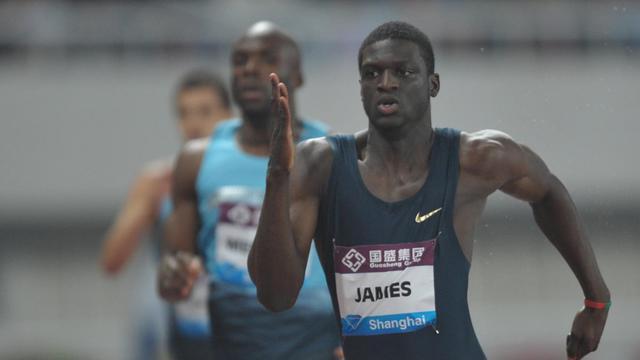Le Grenadin Kirani James (d) le 18 mai 2013 lors de sa victoire sur 400 m à Shanghai. A sa droite l'Américain Lashawn Merrit. [Peter Parks / AFP/Archives]