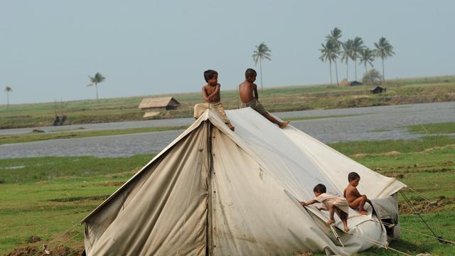 Un groupe d'enfants rohingyas, dans un camp de réfugiés dans la banlieue de Sittwe, le 18 mai 2013 [Soe Than Win / AFP]