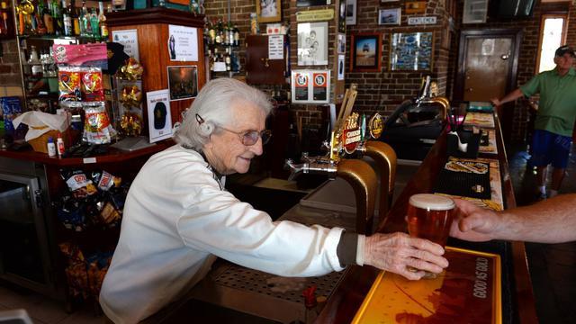 Lil Miles, 91 ans, sert des bières au Bell's Hotel de Woolloomooloo, à Sydney, le 14 mai 2013 [William West / AFP/Archives]
