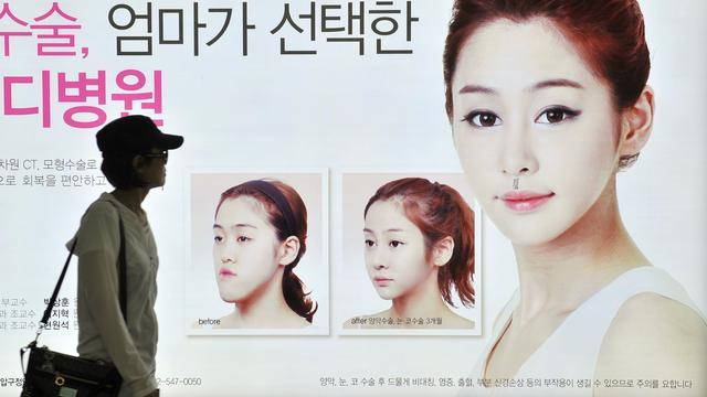 Une affiche pour vanter le recours à une opération esthétique, le 22 mai 2013 dans le métro à Séoul [Jung Yeon-Je / AFP]