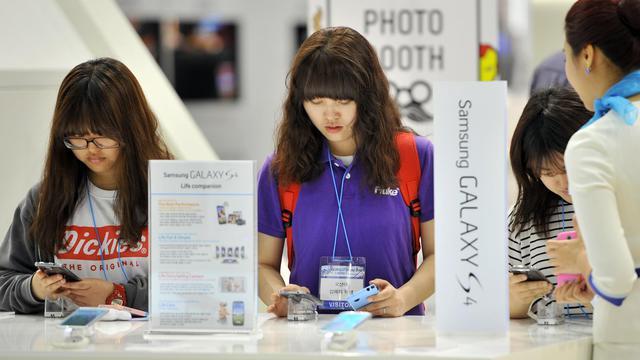 Des personnes testent des smartphones, le 21 mai 2013, sur le stand Samsung lors d'un salon informatique à Séoul [Jung Yeon-Je / AFP/Archives]