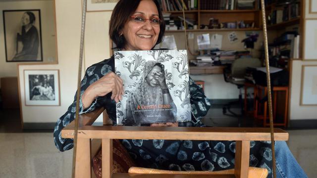 La photographe Ketaki Seth pose avec son livre de photos consacré aux Sidis, à Mumbai le 24 avril 2013 [Indranil Mukherjee / AFP]