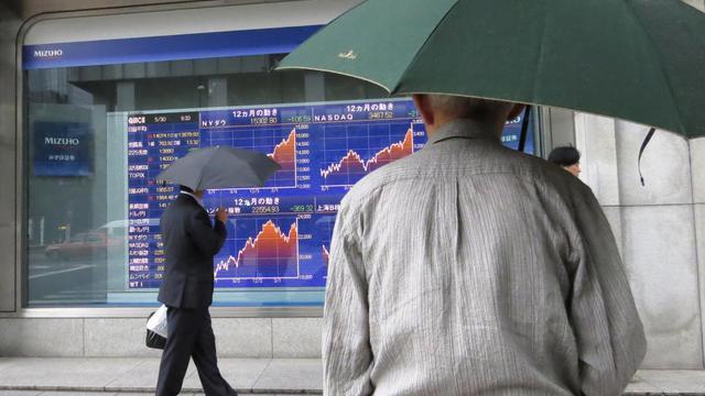 Des passants consultent les chiffres de la Bourse de Tokyo, le 30 mai 2013 [Kazuhiro Nogi / AFP]