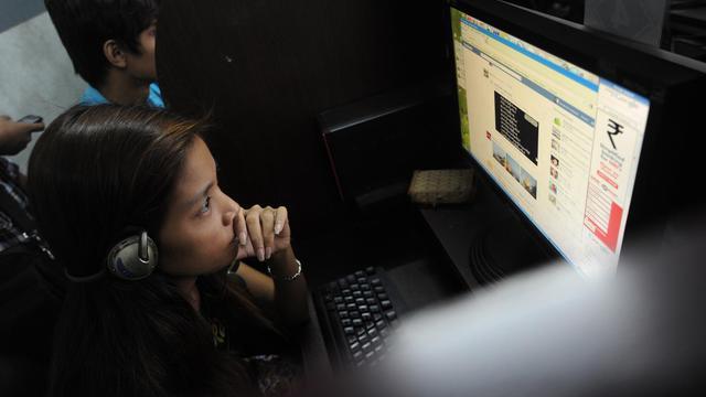 Une jeune Birmane dans un cyber-café à Rangoun le 31 mai 2013 [Soe Than Win / AFP]