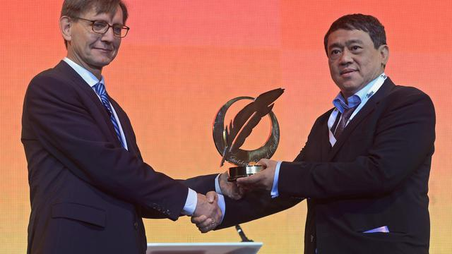 Le PDG du groupe birman de presse Eleven Media Than Htut Aung (d) reçoit le 3 juin 2013 la Plume d'or de la Liberté de l'Association mondiale des journaux et éditeurs de médias d'information (Wan-Ifra), à Bangkok [Pornchai Kittiwongsakul / AFP]