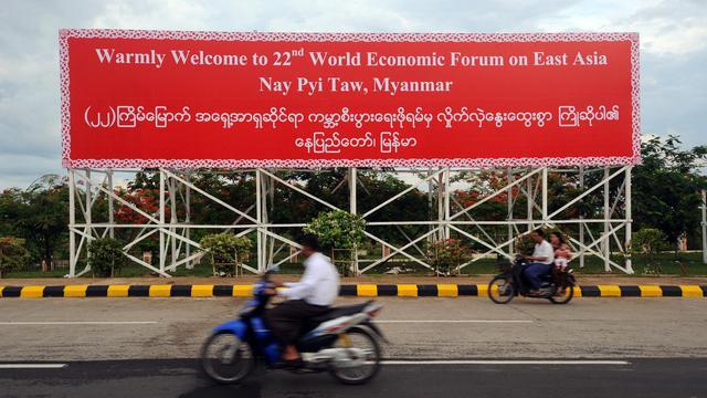 Un panneau accueille les participants du Forum économique mondial sur l'Asie de l'Est, le 3 juin 2013 à Naypyidaw [Soe Than Win / AFP]