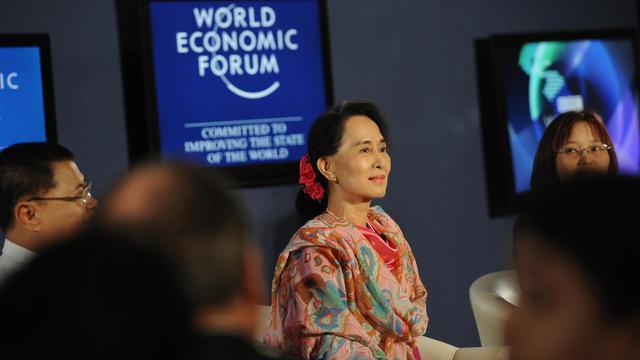 La chef de l'opposition birmane Aung San Suu Kyi sur un plateau télévisé en marge d'un Forum économique mondial à Naypyidaw, le 6 juin 2013 [Soe Than Win / AFP]