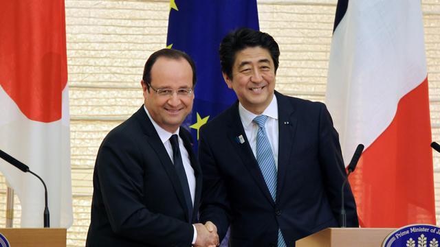 Le Premier ministre nippon Shinzo Abe (droite) et le président français François Hollande, le 7 juin 2013 à Tokyo [Junko Kimura / AFP]