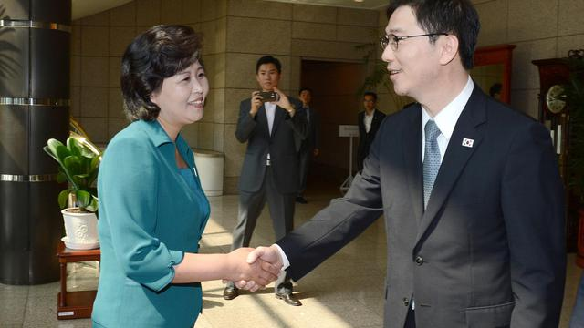 La chef de la délégation nord-coréenne  Kim Song-Hye (G) serre la main de son homologue sud-coréen Chun Hae-Sung (R) le 9 juin 2013 à Panmunjom [South Korean Unification Ministry / Ministère sud-coréen de l'unification/AFP]