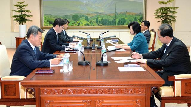 Le délégué sud-coréen Chun Hae-Sung (2e G) et son homologue nord-coréenne  Kim Song-Hye (2e D) le 10 juin 2013 à Panmunjom [South Korean Unification Minister/AFP / AFP]