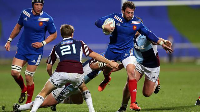 Le Français Maxime Médard tente de s'échapper de la défense des Ausckalnd Blues, le 11 juin 2013 à Auckland [Michael Bradley / AFP]