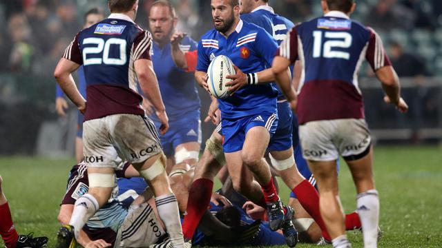 Le Français Frédéric Michalak (centre) tente de percer la défense des Auckland Blues, le 11 juin 2013 à Auckland [Michael Bradley / AFP]