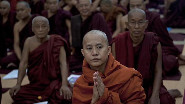 Le moine Wirathu (centre), dont les remarques hostiles aux musulmans ont été très commentées en Birmanie, assiste à une conférence sur les violences religieuses, le 13 juin 2013 à Rangoun [Ye Aung Thu / AFP]