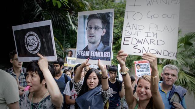 Des partisans de Edward Snowden manifestent le 15 juin 2013 devant le consulat américain à Hong Kong [Philippe Lopez / AFP]
