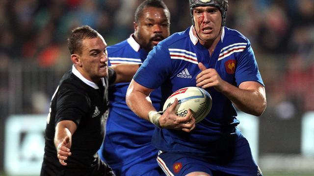 Le Français Bernard Le Roux (d) tente de déborder le Néo-Zélandais Aaron Cruden, le 15 juin 2013 à Christchurch [Marty Melville / AFP/Archives]