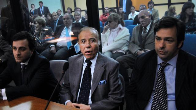 Carlos Menem (C) à l'annonce de sa sentence au tribunal de Buenos Aires, le 13 mai 2013 [Daniel Vides / NA/AFP]