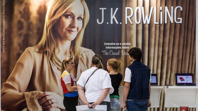 Une affiche montrant J.K. Rowling avec son nouveau livre à la foire aux livres de Sao Paulo, au Brésil, en août 2012 [Yasuyoshi Chiba / AFP/Archives]