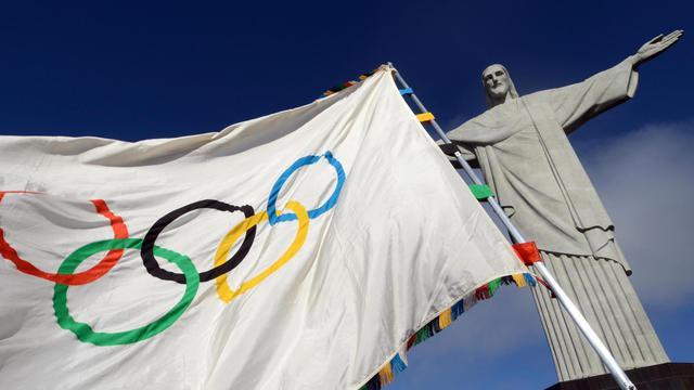 Le drapeau olympique devant la statue du Christ au Corcovado à Rio, le 19 août 2012. [J.P.Engelbrecht / Gourverneur de Rio/AFP/Archives]