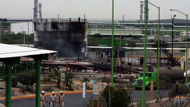 Des employés de l'entreprise Pemex sur le site touché par un incendie à Reynosa, dans le nord-est du Mexique, le 18 septembre 2012 [Julio Cesar Aguilar / AFP]