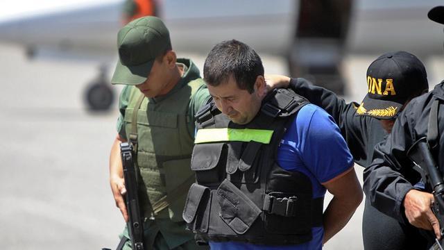 Le narcotrafiquant Daniel Barrera escorté par la police après son arrestation à San Cristobal, au Venezuela, le 19 septembre 2012 [ / Ministère vénézuelien de la Justice/AFP]