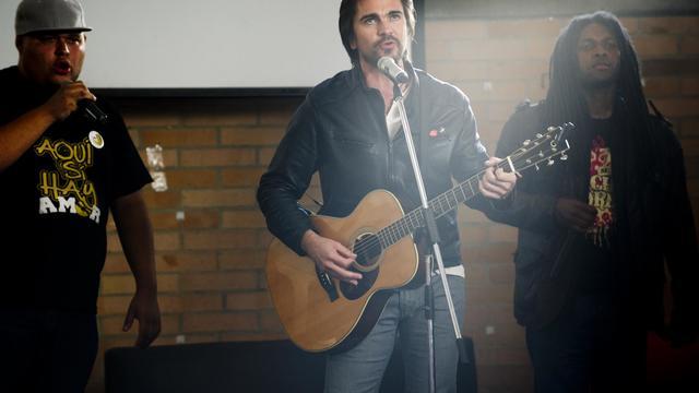 Le chanteur Juanes lance une campagne contre le recrutement forcé de mineurs par les groupes armés, le 19 septembre 2012 à Bogota [Eitan Abramovich / AFP]