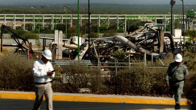 Des employés de Pemex sur le site touché par un incendie à Reynosa, dans le nord-est du Mexique, le 19 septembre 2012 [Julio Cesar Aguilar / AFP]
