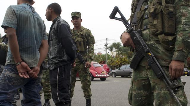 Des combattants des Farc démobilisés, escortés par des soldats à Medellin, en Colombie, le 20 septembre 2012 [Raul Arboleda / AFP/Archives]