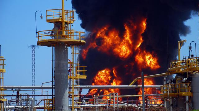 L'incendie dans une raffinerie de pétrole vénézuélienne, le 20 septembre 2012 à Puerto Cabello [Yorvis Weffer / AFP]