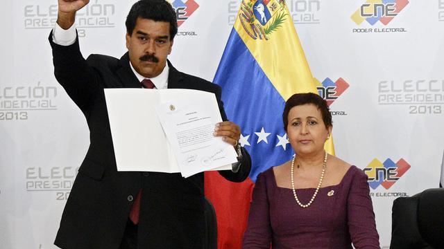 Le président vénézuélien Nicolas Maduro (g) et la présidente du CNE, Tibisay Lucena, le 15 avril 2013 à Caracas [Juan Barreto / AFP/Archives]