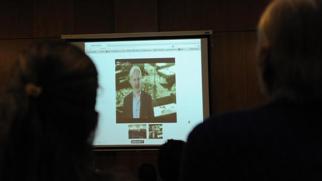 Des étudiants de la faculté de psychologie de Montevideo écoute une video-conférence du fondateur australien de Wikileaks, réfugié à l'ambassade d'Equateur à Londres, le 15 mai 2013 [Miguel Rojo / AFP]