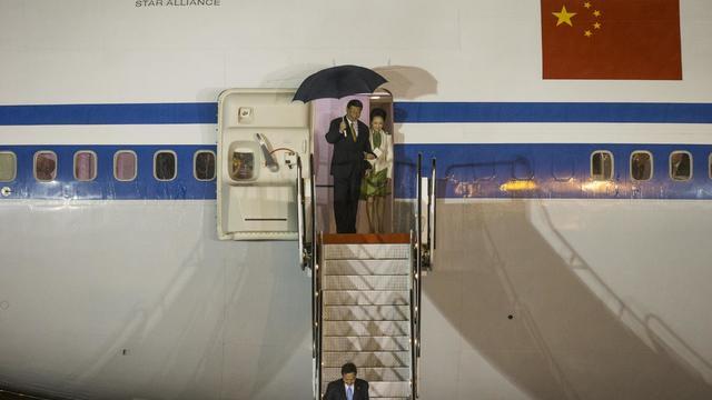 Le président chinois Xi Jinping et son épouse lors de leur arrivée à Trinité et Tobago, le 31 mai 2013 [Frederic Dubray / AFP]