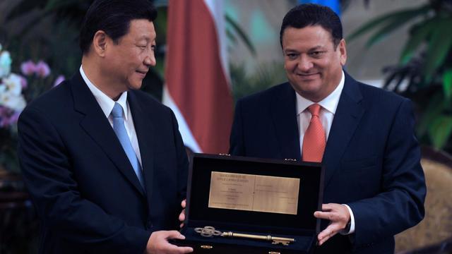 Le président chinois, Xi Jinping (g) et le maire de San José, Johnny Araya (d), le 3 juin 2013 à San José [Hector Retamal / AFP]