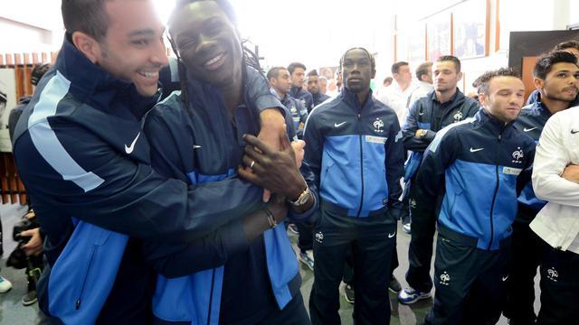 Le défenseur de l'équipe de France Adil Rami (gauche) s'amuse avec l'attaquant Bafetimbi Gomis lors de la visite d'un musée à Montevideo, le 4 juin 2013 [Franck Fife / AFP]