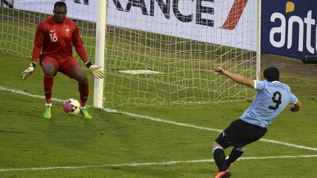 L'attaquant Uruguayen Luis Suarez inscrit le seul but de la rencontre contre le France au stade Centenario à Montevideo, le 5 juin 2013