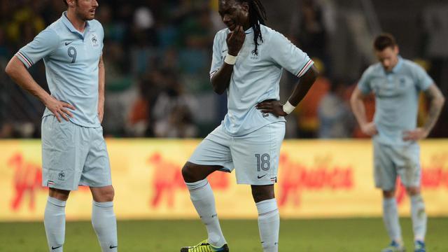 Olivier Giroud (g) et Batefimbi Gomis après un but encaissé par la France contre le Brésil le 9 juin 2013 à Porto Alegre [Franck Fife / AFP]