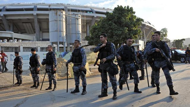 Des policiers sécurisent les abords d'un musée lors d'une manifestation à Rio de Janeiro, le 26 avril 2013 [Tasso Marcelo / AFP]