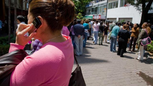 Une femme téléphone à Mexico, en 2009 [Omar Torres / AFP/Archives]
