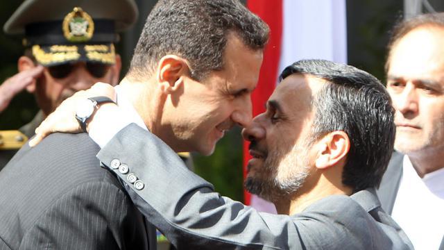 Le président iranien Mahmoud Ahmadinejad (d) embrasse le président syrien Bachar al-Assad, en octobre 2010 à Téhéran [Atta Kenare / AFP/Archives]