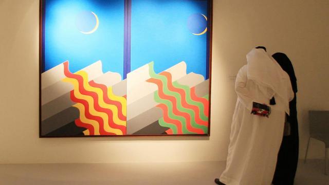 Des visiteurs devant une peinture au musée d'art moderne de Doha le 30 décembre 2010 [Karim Jaafar / AFP/Archives]