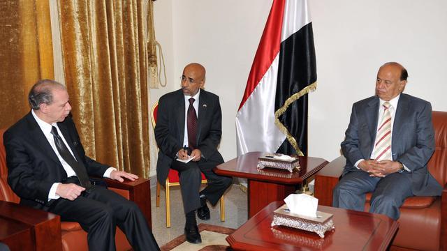 Le président yéménite Abd Rabbo Mansour Hadi (d) reçoit l'ambassadeur américain Gerald Michael Feierstein, le 5 juin 2011 à Sanaa [ / AFP/Archives]
