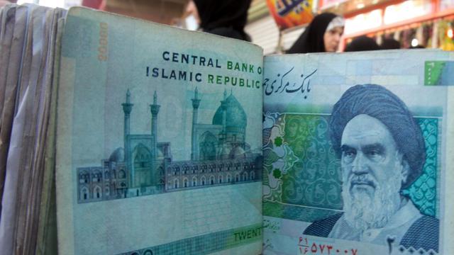 """La monnaie iranienne, le rial, a enregistré son taux de change le plus bas contre le dollar, la Banque centrale affirmant essayer d'éviter le plongeon sur fond de """"guerre économique avec le monde"""". [AFP]"""