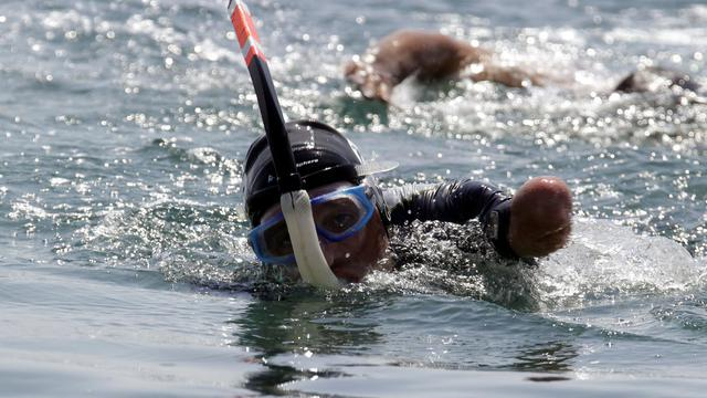 Il arrive au bout de son rêve, au bout du monde et au bout du temps: Philippe Croizon, le nageur quadruple amputé se prépare, dans une petite communauté Inuit, à Wales (extrémité occidentale de l'Alaska), à relever son 4e et dernier défi intercontinental en reliant, dans le Détroit de Béring, les Îles de Petite et Grande Diomède entre les continents Américain et asiatique en Russie sibérienne, à travers la ligne de changement de date.[AFP]