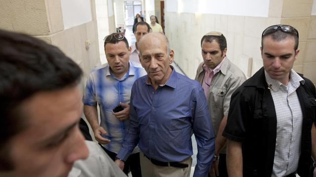 Le parquet israélien a requis mercredi six mois de travaux d'intérêt général contre l'ex-Premier ministre Ehud Olmert, jugé coupable de corruption, mais renoncé à exiger que cette peine soit assortie d'une interdiction de mandat public pendant sept ans, a-t-on appris de source judiciaire.[POOL]