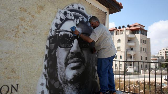 Un portrait de l'ancien dirigeant palestinien, Yasser Arafat, exposé à Ramallah, le 29 août 2012 [Abbas Momani / AFP/Archives]