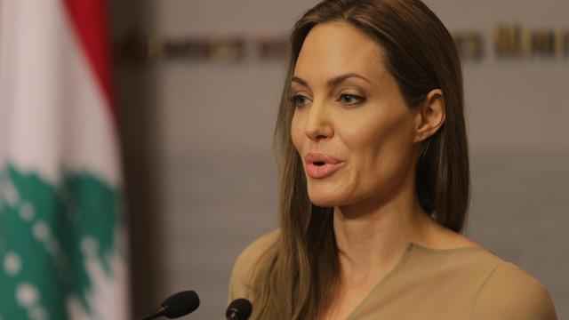 """L'actrice américaine Angelina Jolie, envoyée spéciale du chef du Haut commissariat des Nations unies pour les réfugiés (HCR), a remercié jeudi pour leur """"générosité"""" les Libanais qui ont accueilli chez eux des réfugiés syriens. [AFP]"""