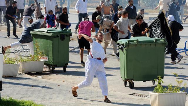 Des Tunisiens attaquent l'ambassade des États-Unis, le 14 septembre 2012 à Tunis [Fethi Belaid / AFP/Archives]