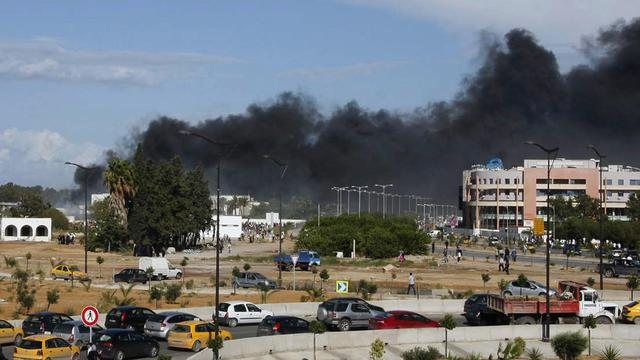 De la fumée s'élève au-dessus de l'ambassade américaine à Tunis lors d'une manifestation, le 14 septembre 2012 [Fethi Belaid / AFP/Archives]