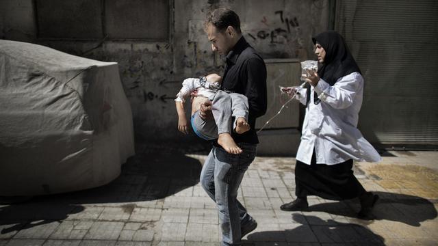 Un Syrien transporte sa fille blessée à Alep, le 18 septembre 2012 [Marco Longari / AFP]